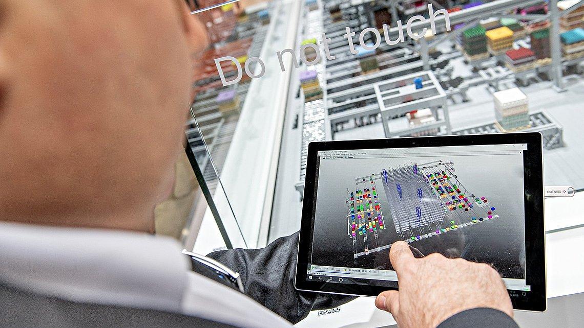 Foto eines Technikers, der auf einem Tablet die Planungssoftware Layer-Picker-Konfigurator bedient