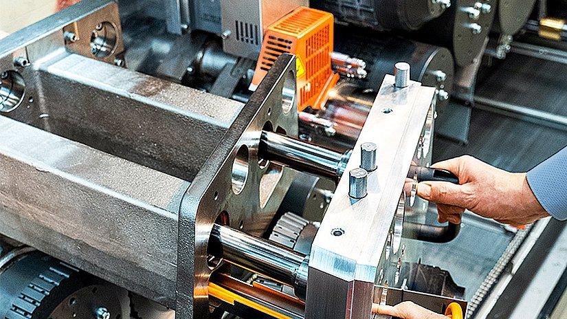 Detailaufnahme der Fertigung des Multi-Segment-Makers, einer Maschine für die Zigarettenproduktion
