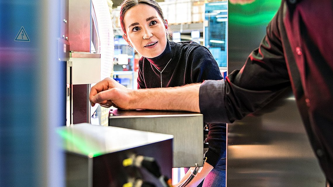 Foto von zwei Ingenieuren, die ein Messgerät, die Bubble-X-Station, einrichten.