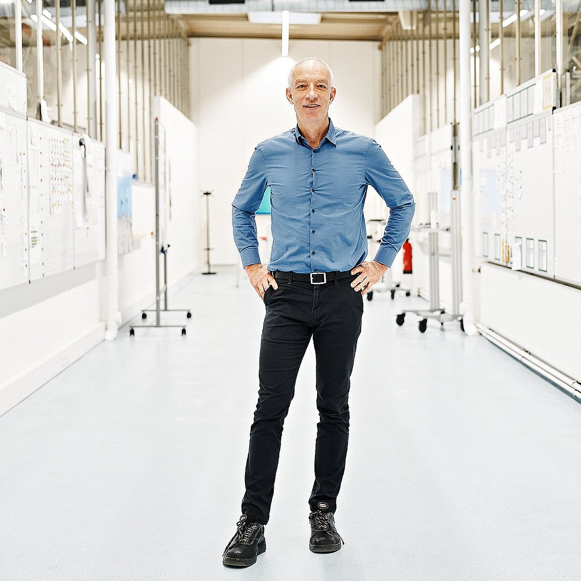 """Photo of Karsten Barsch, responsible for the order fulfillment process, in the """"Atlas"""" room at Hauni in Hamburg-Bergedorf"""